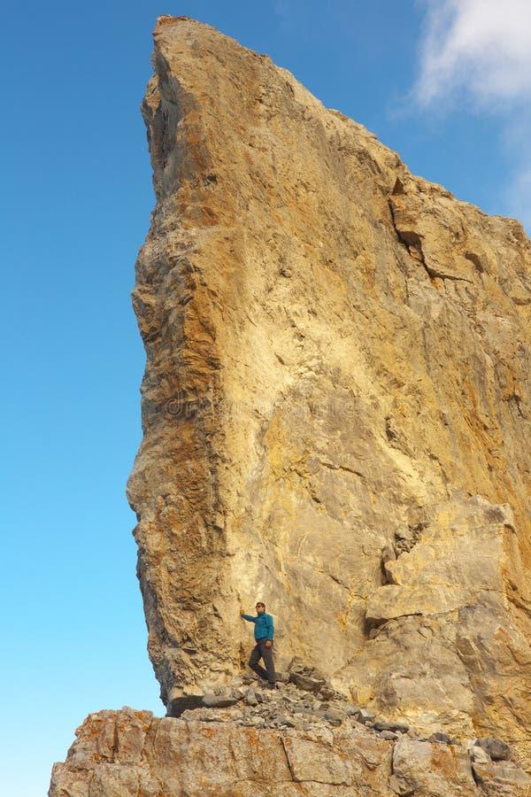 Turista sul tallone di alta roccia di porto roccioso La Breche de Roland, frontiera fra la Francia e la Spagna, Pirenei immagine stock