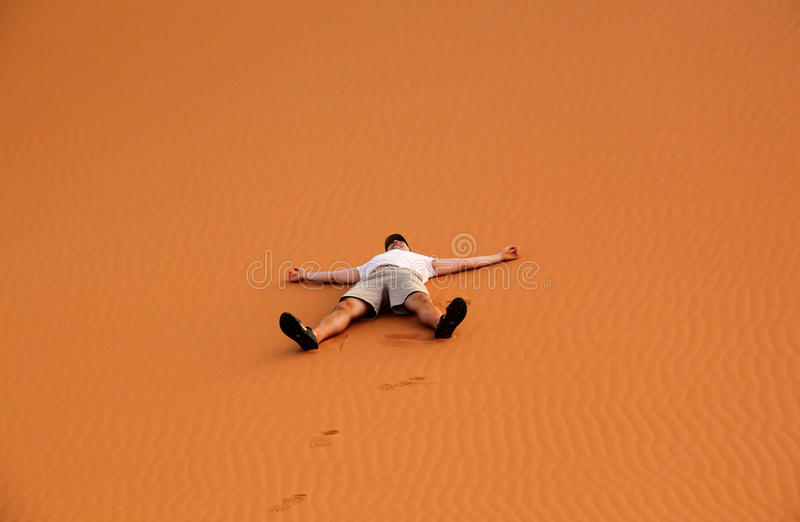 Turista sulle dune di sabbia fotografie stock