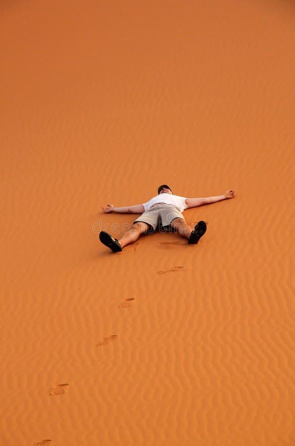 Turista sulle dune di sabbia immagini stock