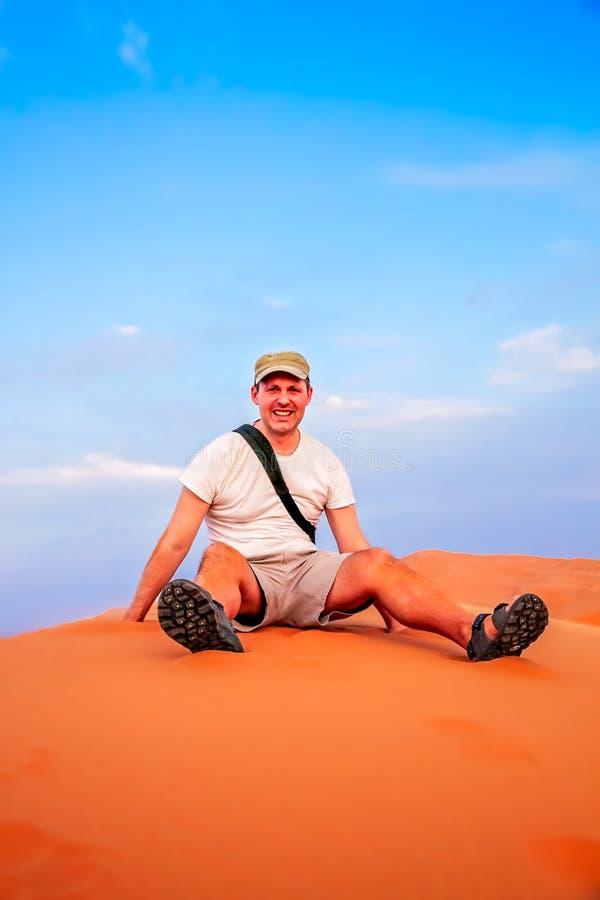 Turista sulle dune di sabbia immagine stock