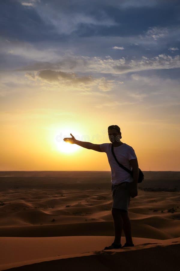 Turista sulle dune di sabbia al tramonto fotografie stock