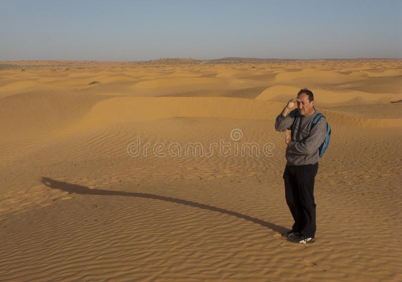 Turista sulle dune di sabbia, Tunisia fotografia stock libera da diritti