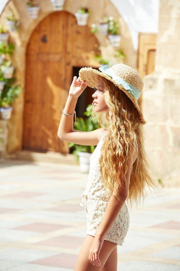 Turista teenager biondo della ragazza in vecchia città Mediterranea fotografia stock libera da diritti