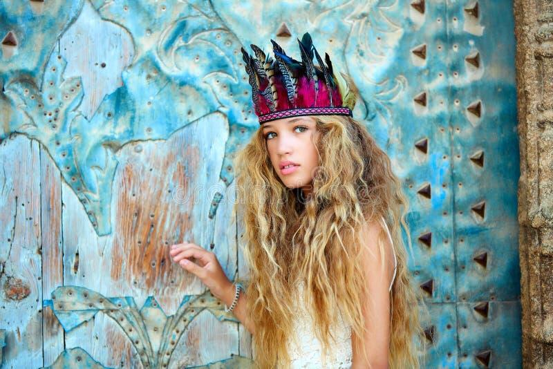 Turista teenager biondo della ragazza in vecchia città Mediterranea immagini stock
