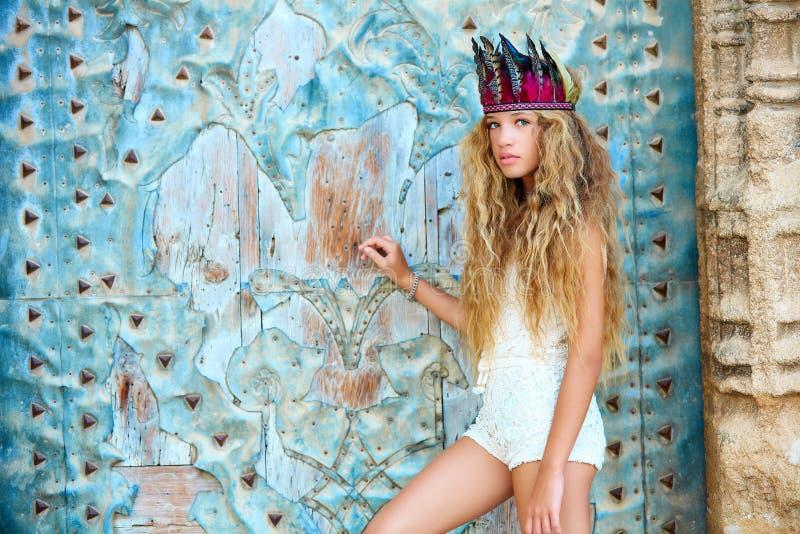 Turista teenager biondo della ragazza in vecchia città Mediterranea immagine stock