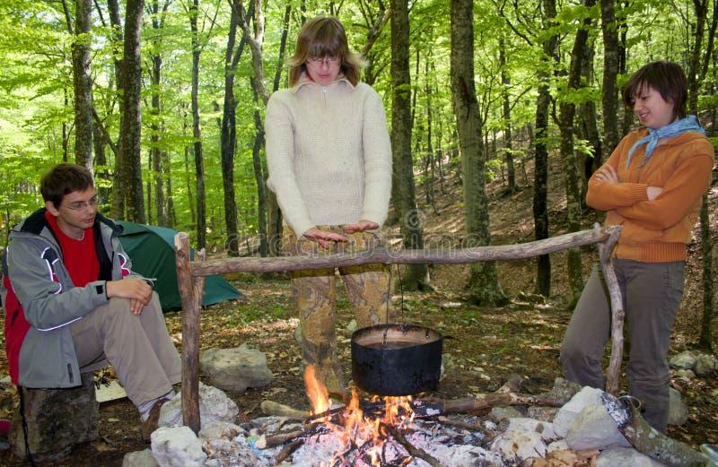 Turista três próximo do incêndio imagens de stock royalty free
