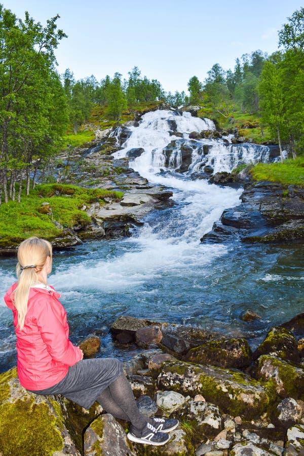 Turista vicino alla cascata Aurlandsfjellet Norvegia immagini stock libere da diritti