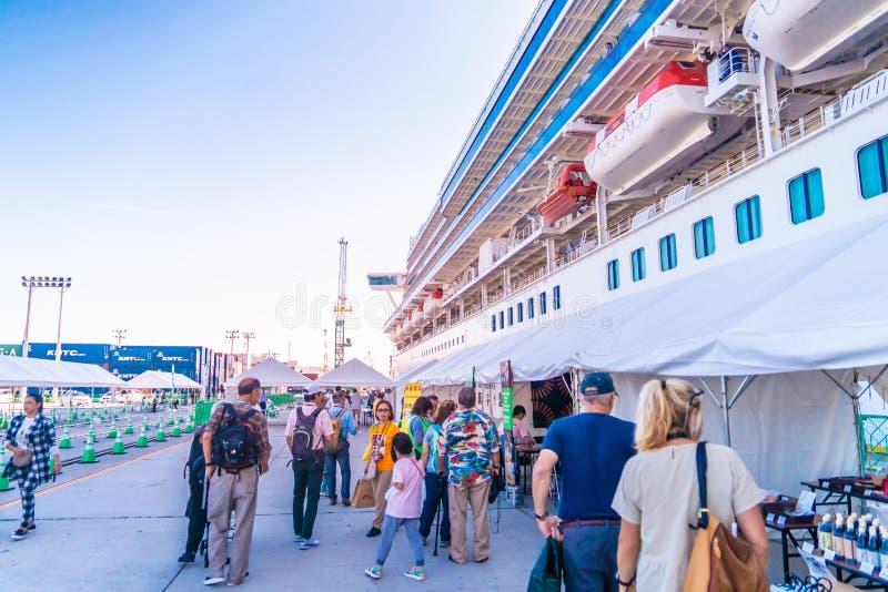 Turistas abordan el crucero de la princesa Diamante en el puerto de Takamatsu, Japón fotografía de archivo
