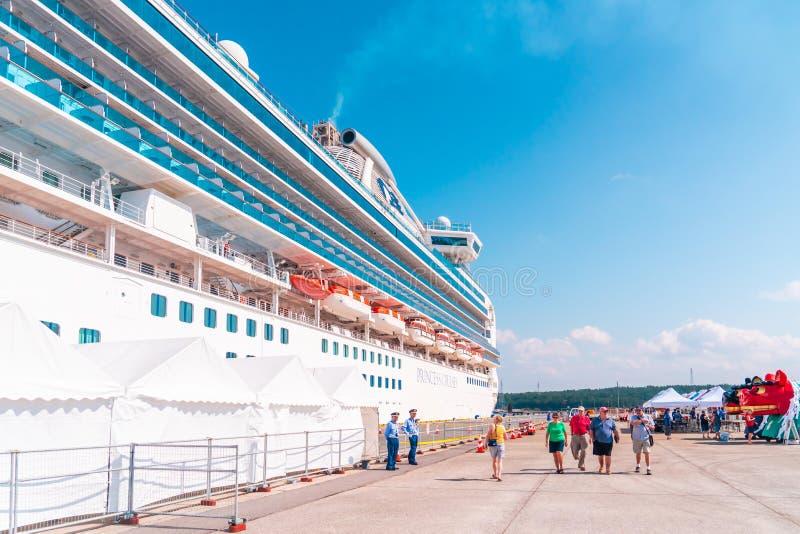 Turistas abordan el crucero Diamond princess en el puerto de Sakata; Japón foto de archivo