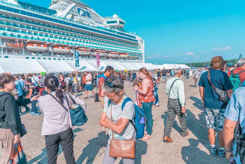 Turistas abordan el crucero Diamond princess en el puerto de Sakata; Japón fotografía de archivo