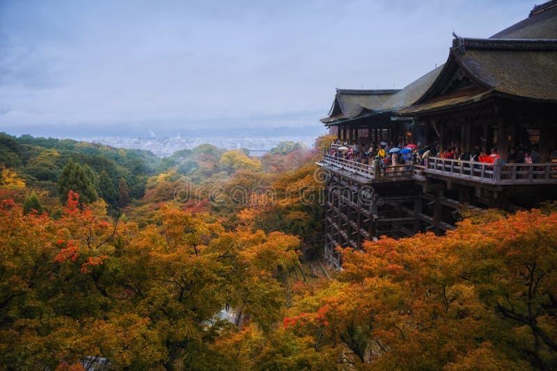 Turistas apretados que viajan en el templo de Kiyomizu fotos de archivo libres de regalías