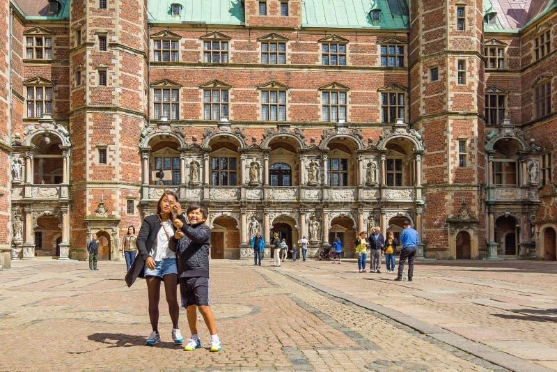 Turistas asiáticos en Dinamarca Madre e hijo que toman la foto con un SE imagen de archivo