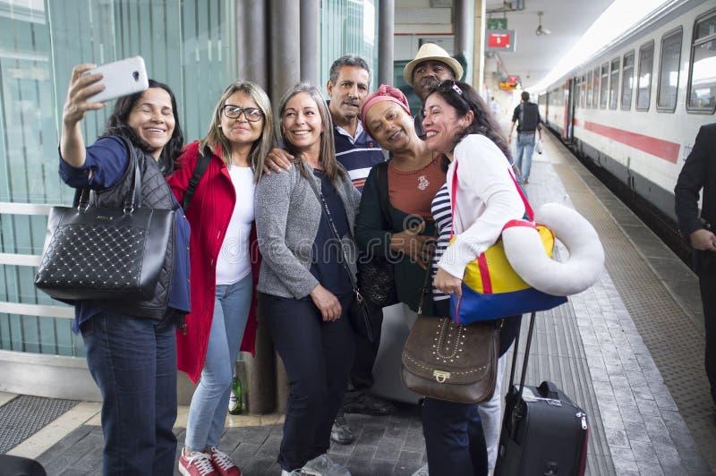 Turistas brasileiros que tomam um selfie no estação de caminhos de ferro de Pádua fotos de stock