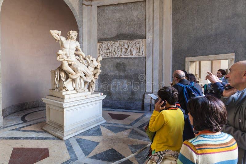 Turistas cerca de la estatua del grupo de Laocoon en Vaticano fotos de archivo