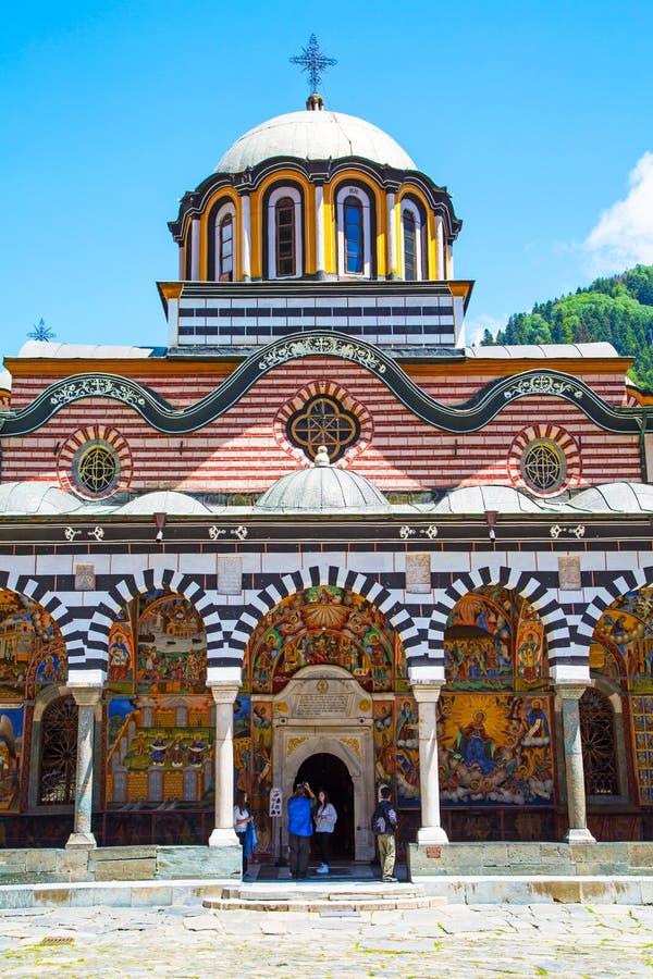 Turistas cerca de la iglesia en el monasterio de Rilsky fotos de archivo libres de regalías