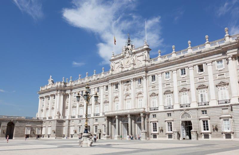 Turistas cerca del palacio real imagenes de archivo