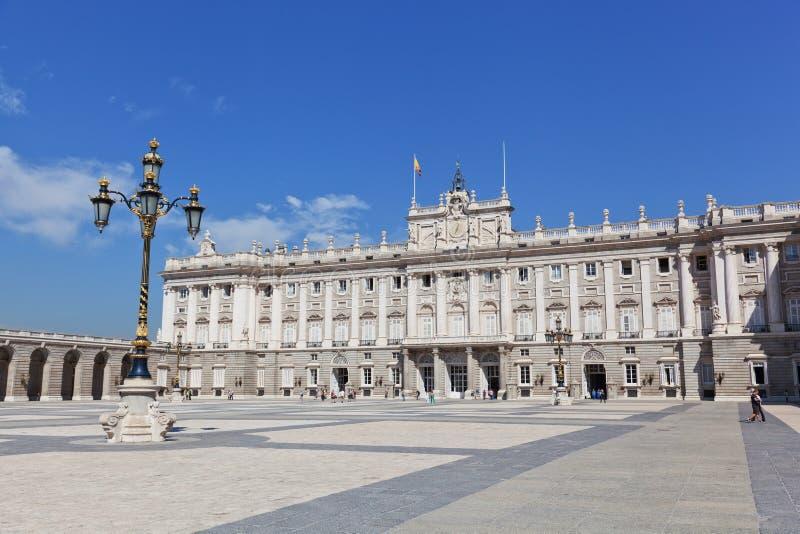 Turistas cerca del palacio real fotos de archivo