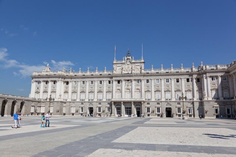 Turistas cerca del palacio real madrid foto de archivo