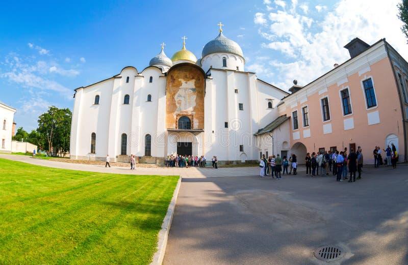 Turistas cerca del St ortodoxo ruso Sophia Cathedral en Novgo fotografía de archivo