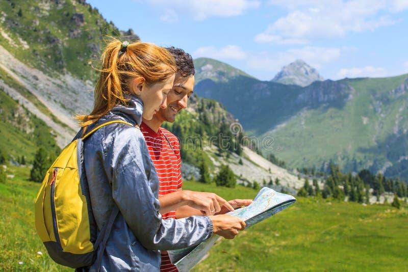 Turistas com mapa fotos de stock royalty free