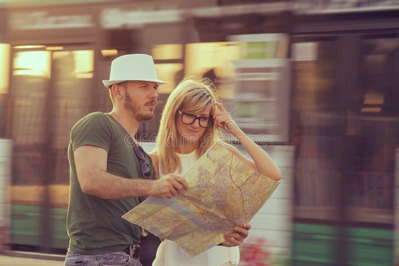 Turistas com mapa da cidade fotos de stock royalty free