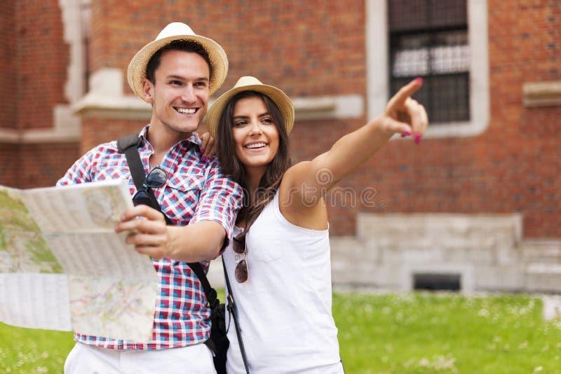 Turistas con el mapa fotografía de archivo libre de regalías