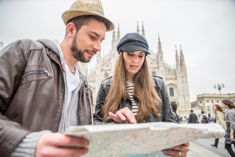 Turistas con el mapa de la ciudad fotos de archivo libres de regalías