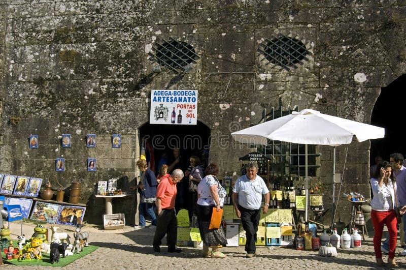 Turistas da compra na cidade portuguesa Valenca do turista fotografia de stock royalty free