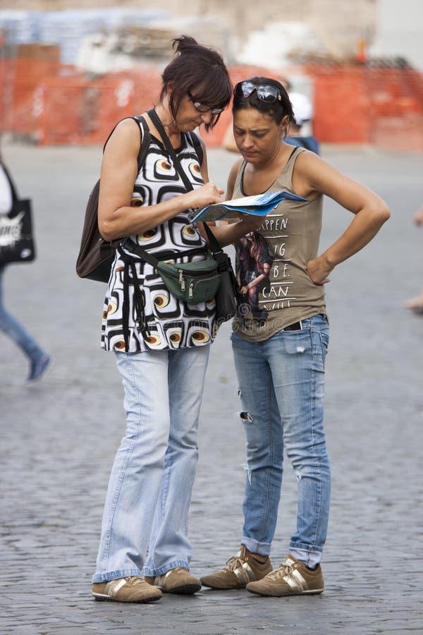 Turistas das mulheres que orienteering com mapa imagem de stock