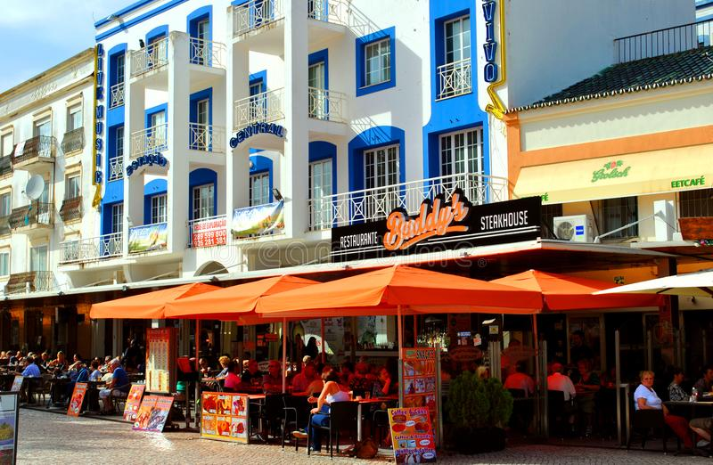 Download Turistas De Albufeira Que Comen Y Que Beben En Restaurantes En El Viejo Imagen de archivo editorial - Imagen de varón, drinking: 100533969