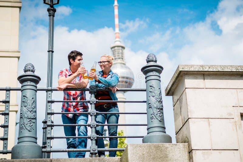 Turistas de Berlín que disfrutan de la visión desde el puente en la isla de museo fotografía de archivo