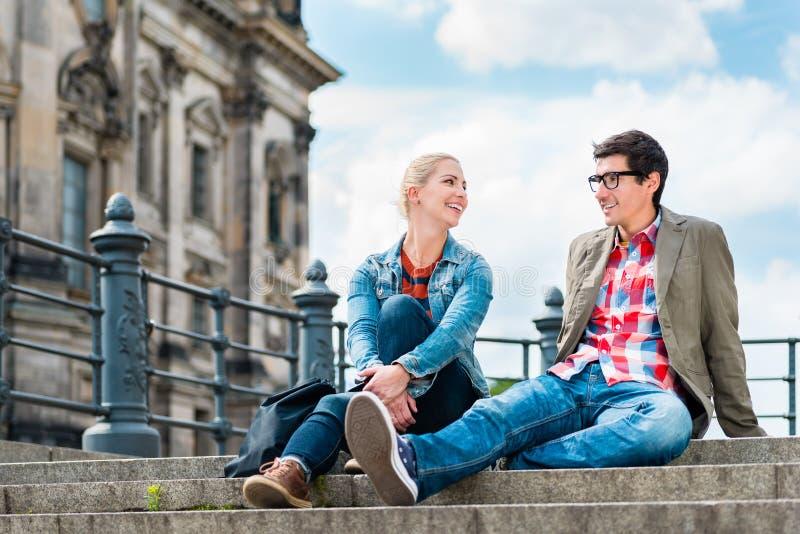 Turistas de Berlim que apreciam a vista da ponte na ilha de museu imagem de stock