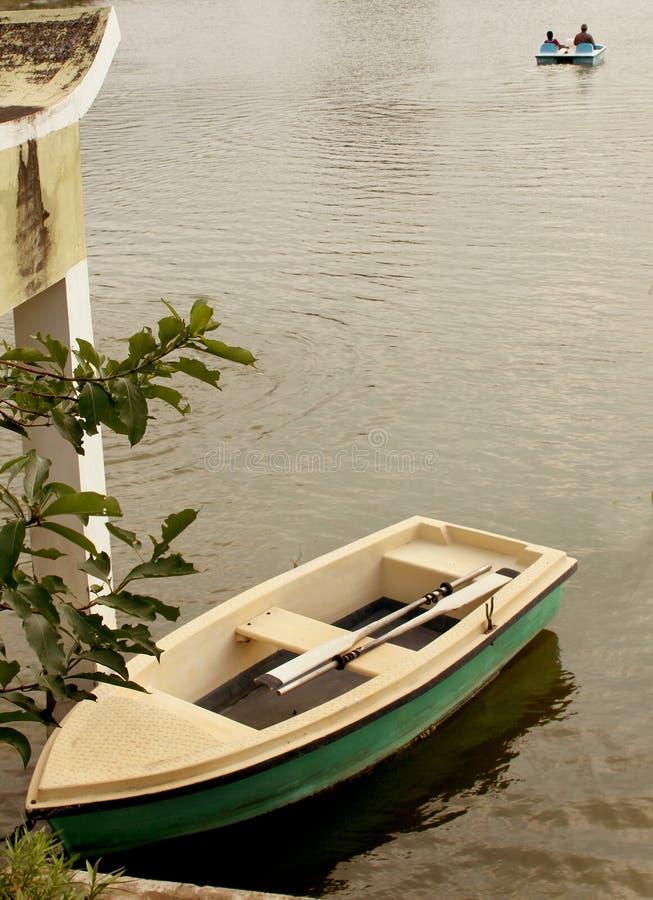 Turistas de espera de um barco no lago no complexo sittanavasal do templo da caverna fotografia de stock royalty free