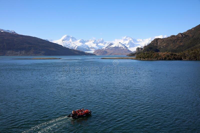 Turistas de la aventura en un zodiaco de Ventus australis en la bahía de Ainsworth en Patagonia chile fotos de archivo libres de regalías