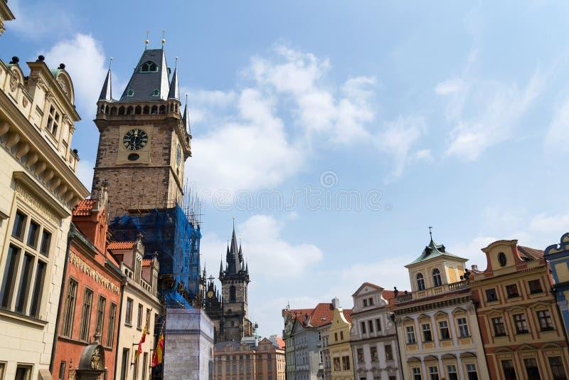 Turistas de la gente que hacen turismo en la ciudad vieja Hall Tower en la vieja plaza, sitio del patrimonio mundial de la UNESCO imagen de archivo libre de regalías