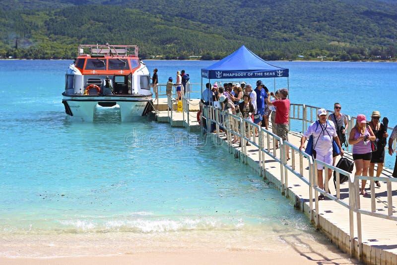 Turistas de la travesía que suben a un barco en Vanuatu, Micronesia fotografía de archivo libre de regalías