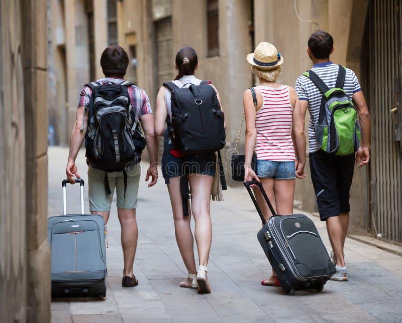 Turistas de los amigos que caminan en la calle fotografía de archivo
