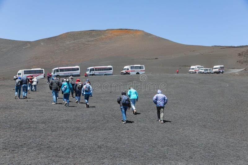 Turistas de los ands de Land rover que visitan el vulcano del monte Etna, Sicilia fotografía de archivo libre de regalías