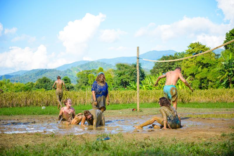 Turistas de Oreign que disfrutan de un juego del voleibol con fango en Vang Vieng, Laos fotos de archivo