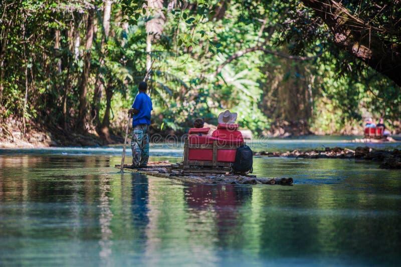 Turistas del barco de río en Jamaica imagen de archivo libre de regalías