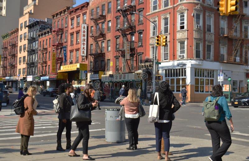 Turistas del grupo de personas de las calles de NYC Chinatown New York City que caminan en el Lower East Side Manhattan foto de archivo libre de regalías