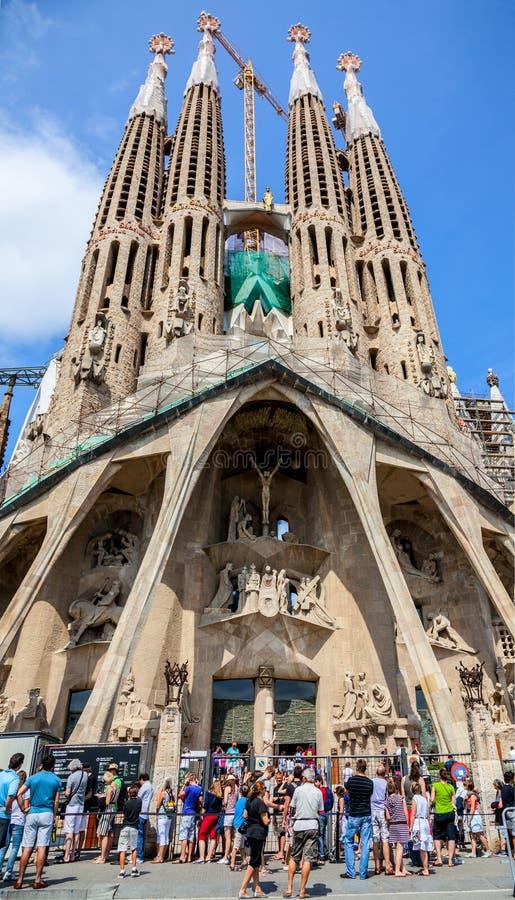 Turistas delante de Sagrada Familia en Barcelona fotografía de archivo libre de regalías