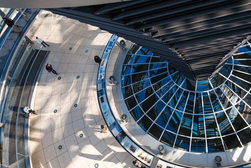 Turistas dentro da abóbada de Reichstag em Berlim fotos de stock
