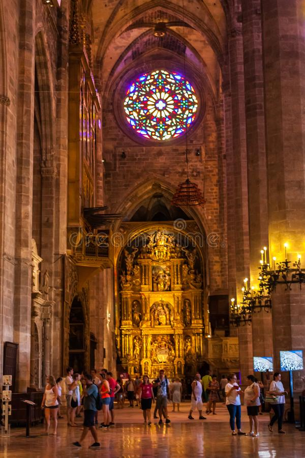 Turistas dentro de la catedral de Santa Maria de Palma, también conocida como La Seu imagen de archivo libre de regalías