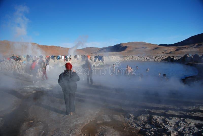 Turistas dentro de los resortes calientes foto de archivo libre de regalías