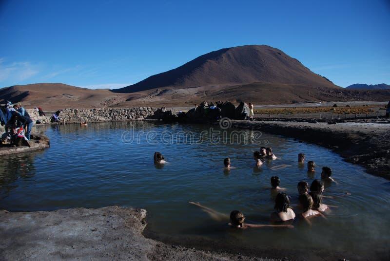 Turistas dentro de los resortes calientes foto de archivo