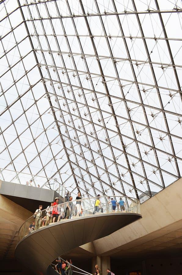 Turistas dentro del Louvre, París, Francia fotografía de archivo