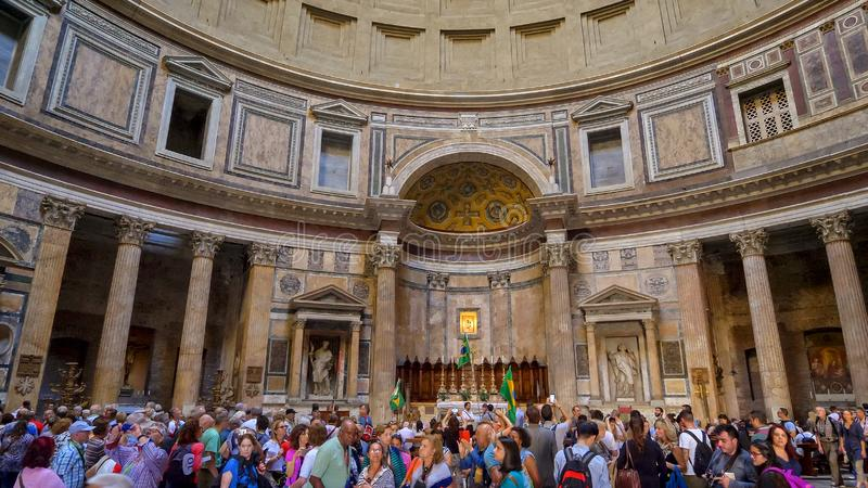 Turistas dentro do panteão em Roma, Itália foto de stock royalty free
