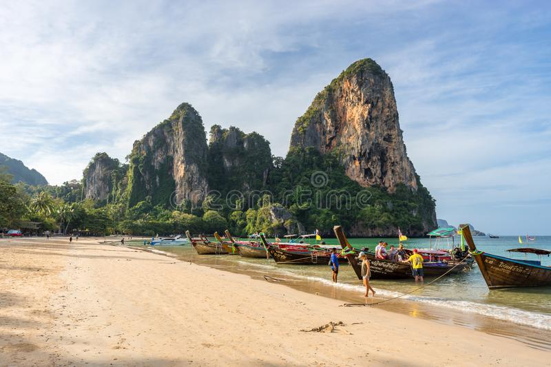 Turistas desembarcam de manhã de um barco tailandês de cauda longa em um barco foto de stock