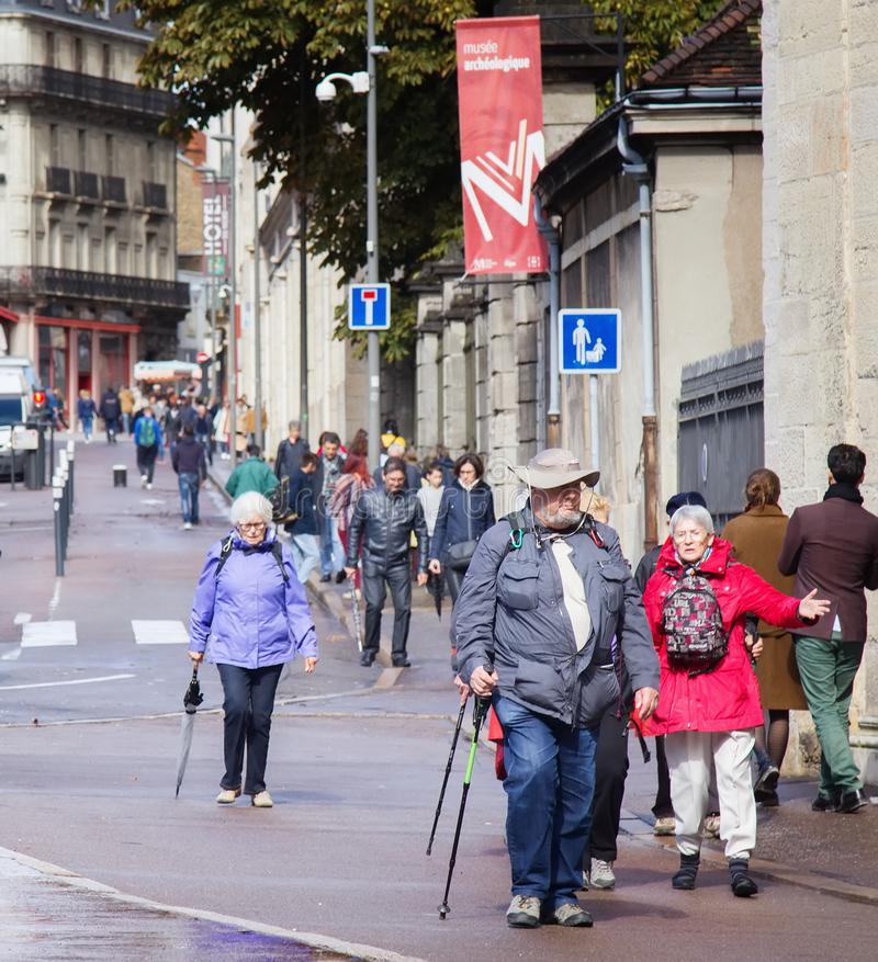 Turistas Dijon e cidadãos nas ruas imagem de stock